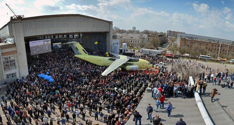 Uitlooptraject van de lopende band van de nieuwe vervoervliegtuigen Antonov een-178, 16 April, 2015 royalty-vrije stock afbeeldingen