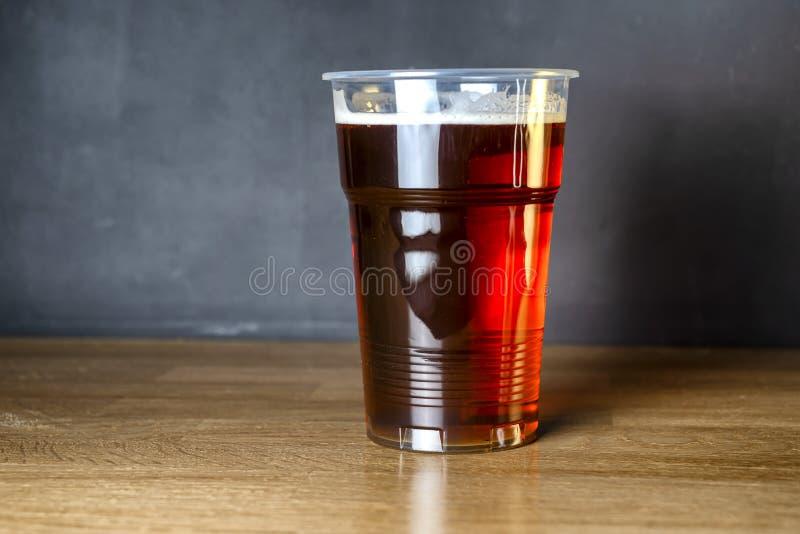 Uitnodiging voor een partij van het studentenbier Een glas goedkoop ambachtbier royalty-vrije stock afbeelding