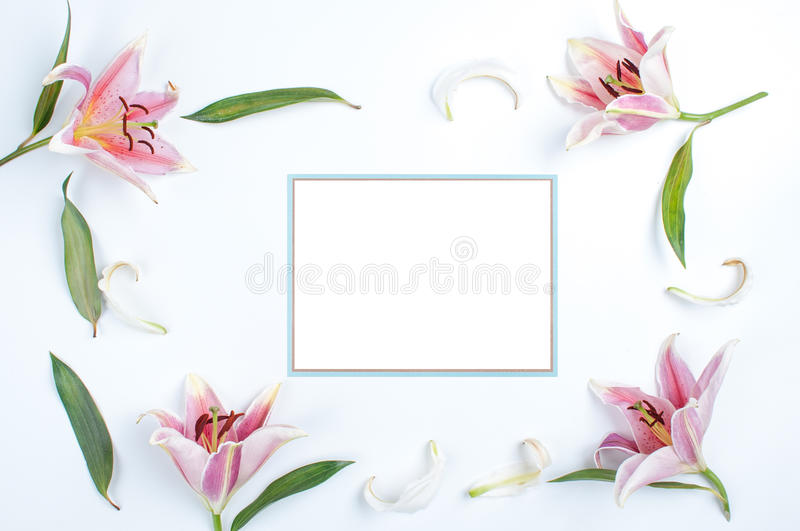 Uitnodigingskaart met blauwe grens stock afbeelding