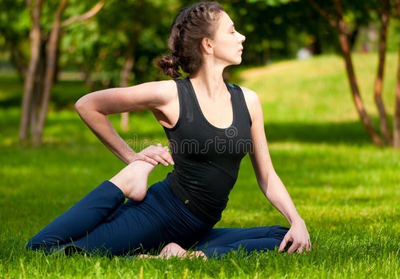 Uitrekkende oefening. Yoga royalty-vrije stock fotografie