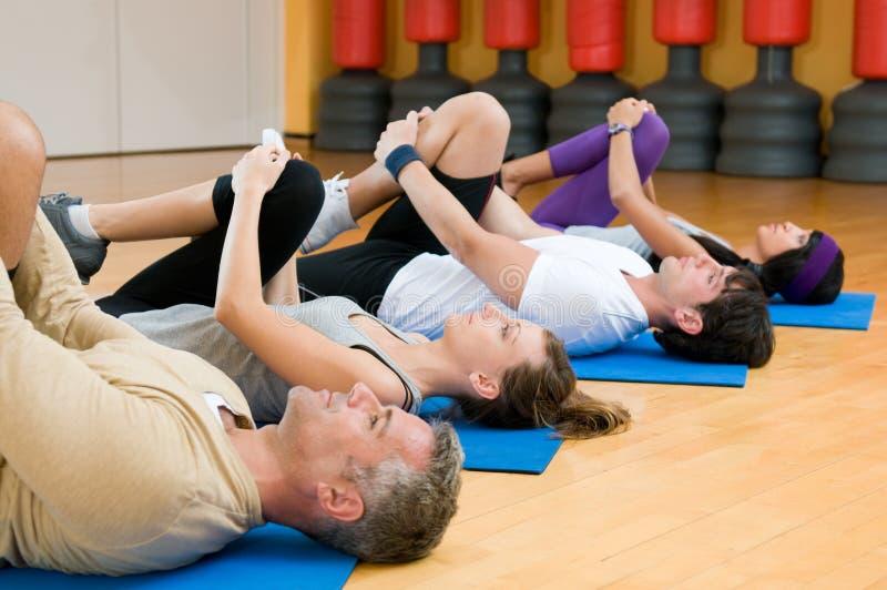 Uitrekkende oefeningen bij gymnastiek stock fotografie