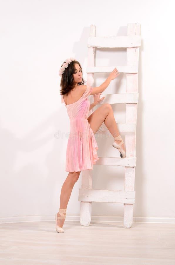 Uitrekkende oefeningen voor aantrekkelijke ballerina stock afbeeldingen