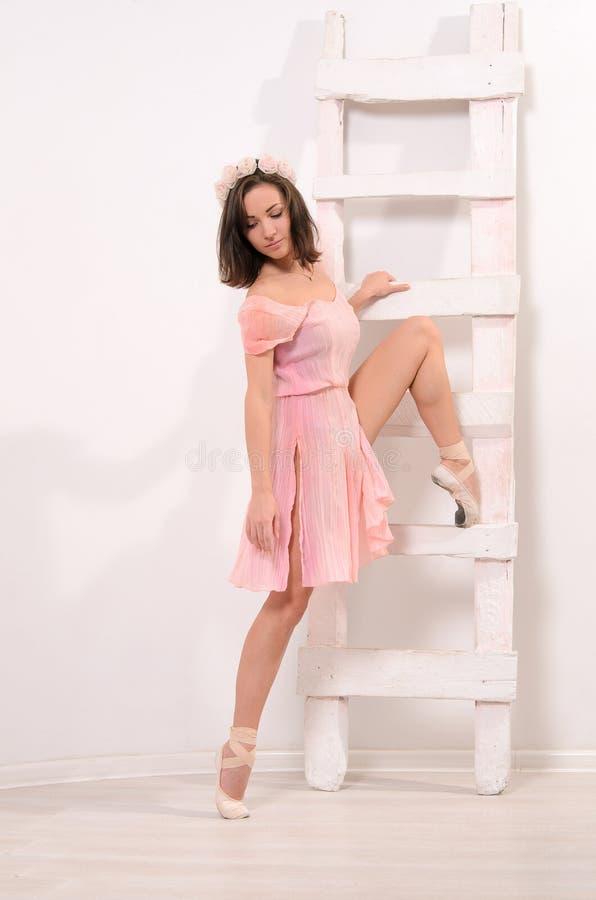Uitrekkende oefeningen voor aantrekkelijke ballerina stock foto's