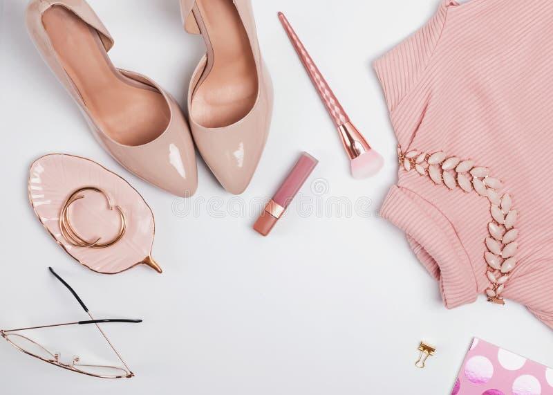 Uitrusting in beige en bleek - roze kleuren, hoogste mening stock afbeelding