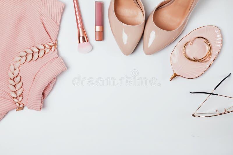 Uitrusting in beige en bleek - roze kleuren, hoogste mening stock fotografie