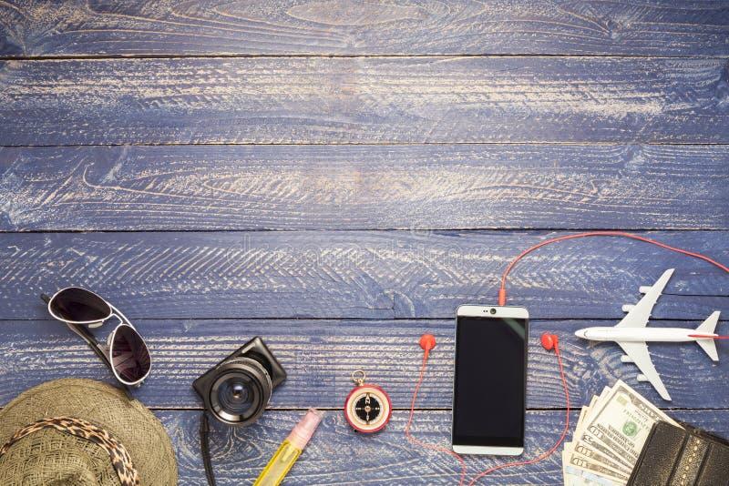Uitrusting en toebehoren van reiziger op blauwe houten achtergrond, Tra royalty-vrije stock afbeeldingen