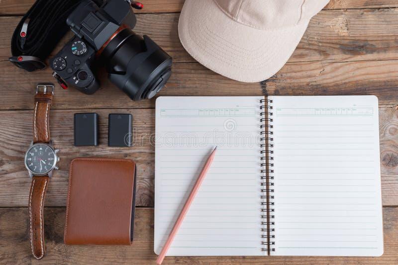 Uitrusting van reiziger aan fotografie Verschillende voorwerpen op houten achtergrond stock afbeelding