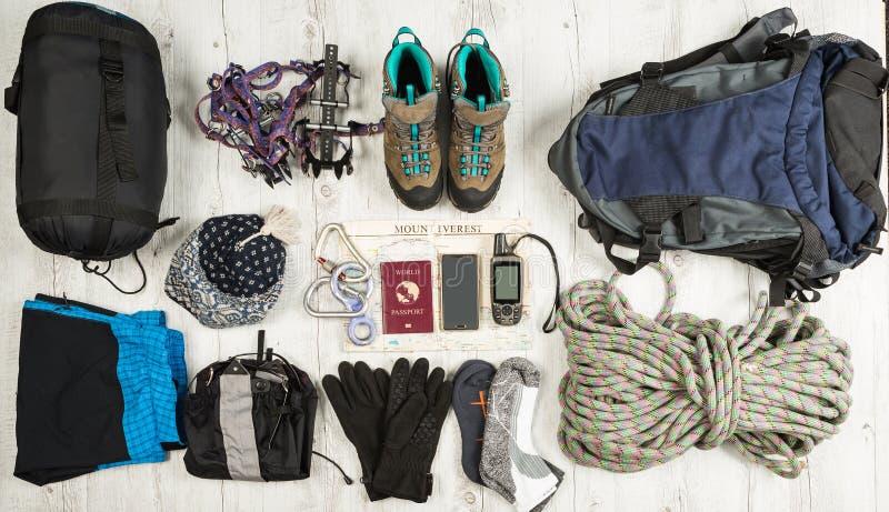 Uitrusting van reiziger, climger, student, tiener Overheadkosten van hoofdzaak voor modern sportjongere Verschillende voorwerpen  stock foto