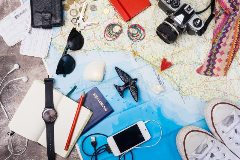 Uitrusting van reiziger Luchtmening van Reizigers` s toebehoren De Achtergrond van het reisconcept stock foto