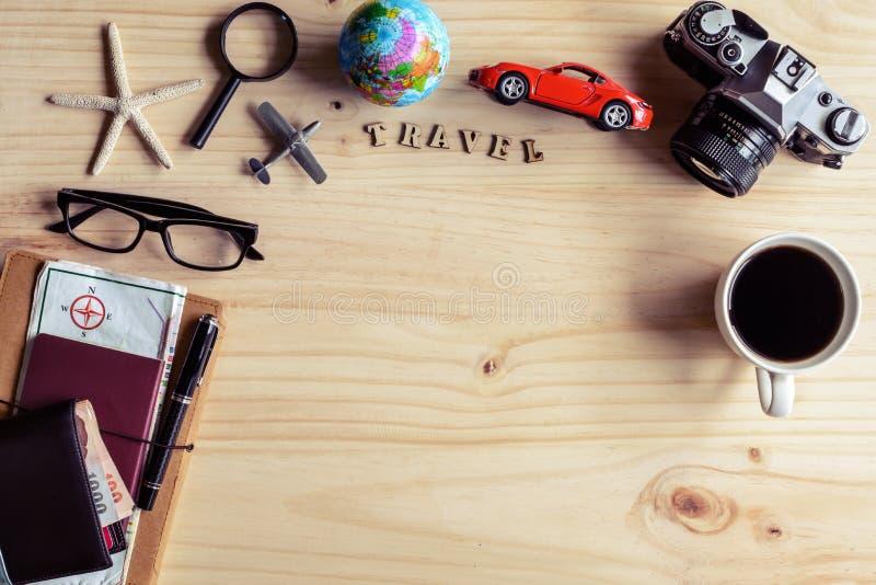 Uitrusting van reiziger met kop van koffie op houten achtergrond stock afbeeldingen