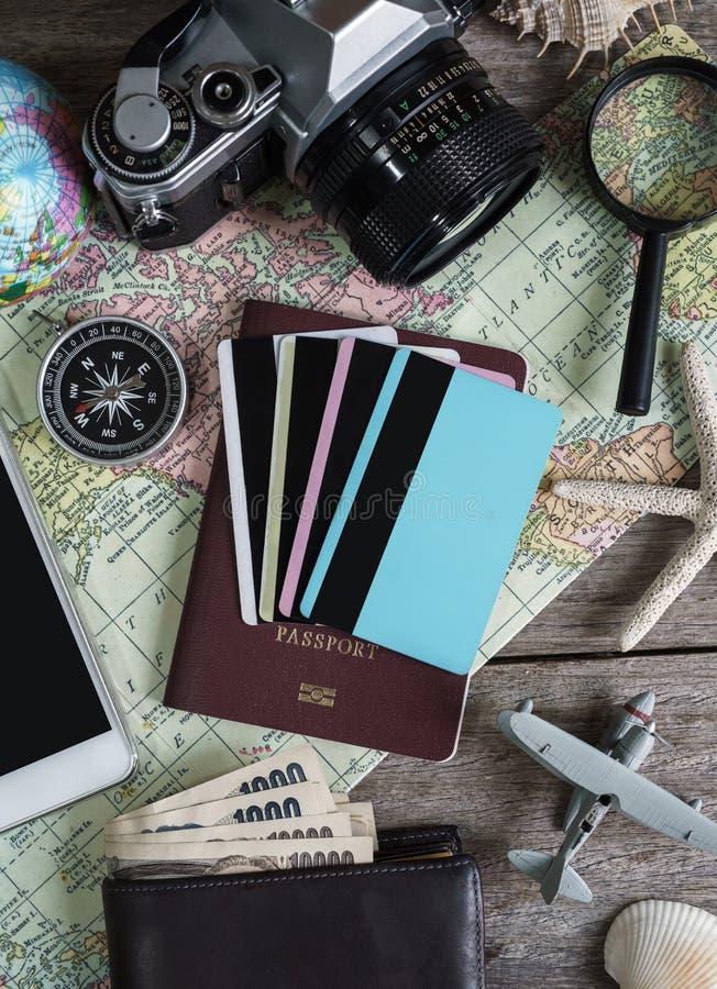 Uitrusting van reiziger op houten ruimte als achtergrond en exemplaar stock afbeelding
