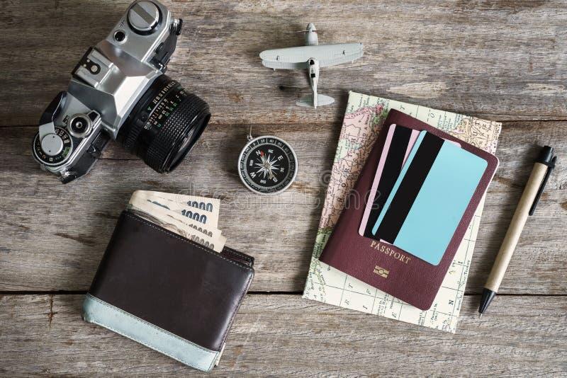 Uitrusting van reiziger op houten ruimte als achtergrond en exemplaar royalty-vrije stock fotografie