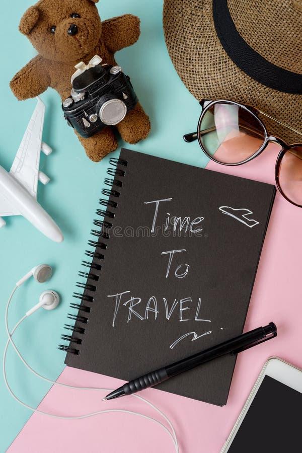 Uitrusting van reiziger op kleurenachtergrond met exemplaarruimte royalty-vrije stock fotografie