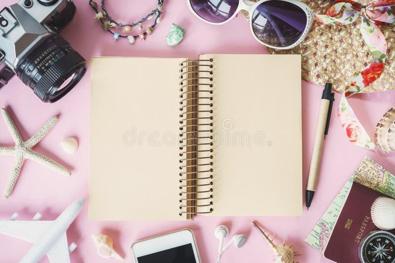 Uitrusting van reiziger op roze achtergrond met exemplaarruimte royalty-vrije stock afbeeldingen