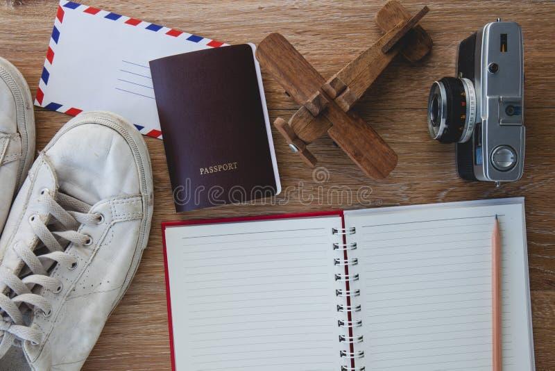 Uitrusting van reiziger, Verschillende voorwerpen op houten achtergrond stock foto