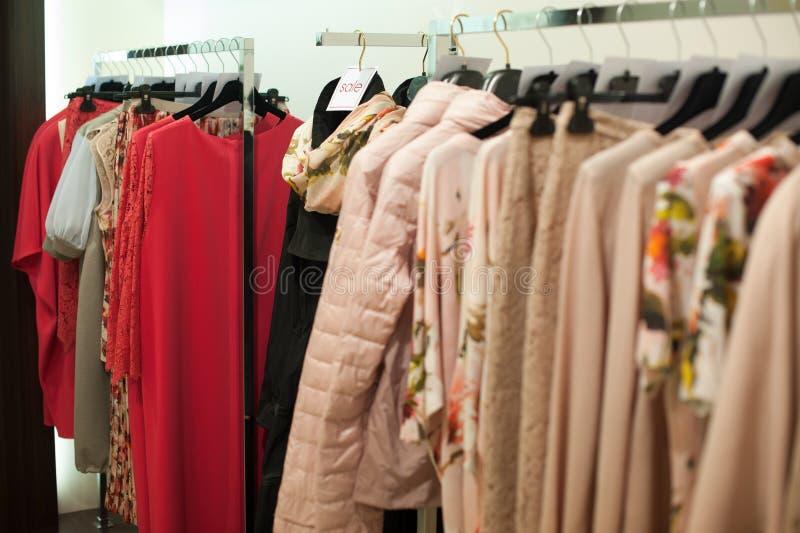 Uitrustingen in een de kledingsopslag van vrouwen in een winkelcentrum stock foto
