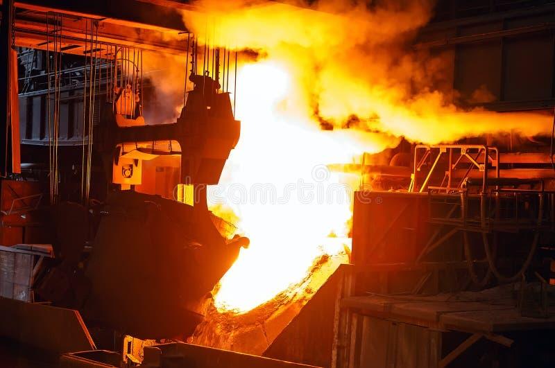 Uitsmelting van het metaal in de gieterij, de Metallurgische industrie royalty-vrije stock afbeelding