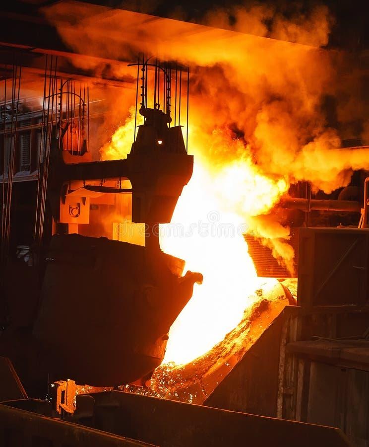 Uitsmelting van het metaal in de gieterij, de Metallurgische industrie royalty-vrije stock afbeeldingen