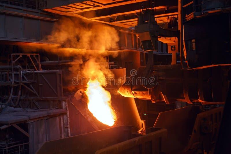 Uitsmelting van het metaal in de gieterij, de Metallurgische industrie stock foto
