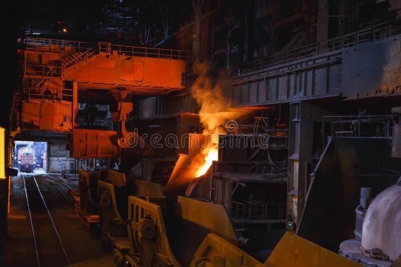 Uitsmelting van het metaal in de gieterij, de Metallurgische industrie stock foto's
