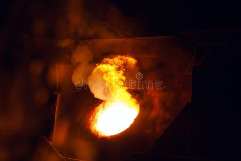 Uitsmelting van het metaal in de gieterij, de Metallurgische industrie royalty-vrije stock fotografie