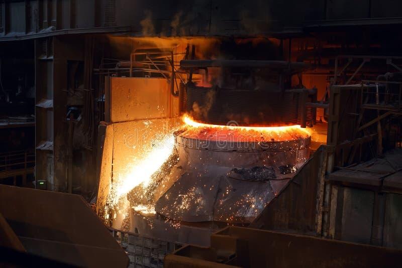 Uitsmelting van het metaal in de gieterij, de metallurgische industrie royalty-vrije stock foto