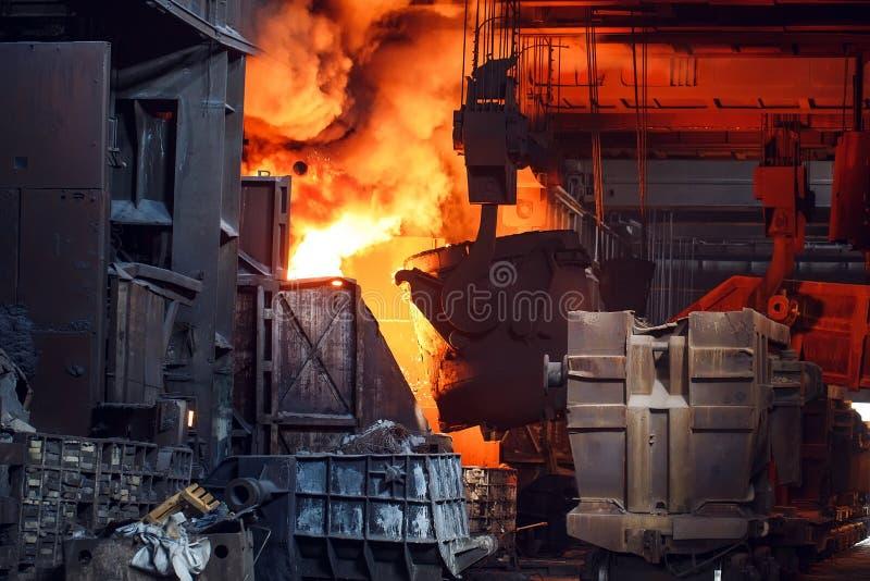 Uitsmelting van het metaal in de gieterij, de metallurgische industrie stock fotografie