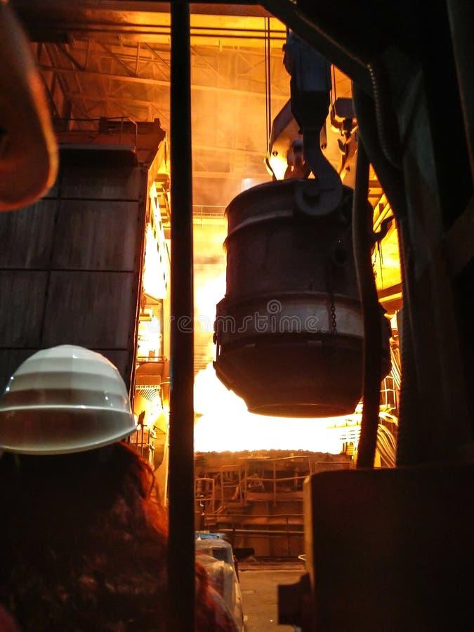 Uitsmelting van metaal in grote gieterij Ijzer en staalproductie bij een metallurgische installatie Staalarbeider Metallurgieproc stock foto