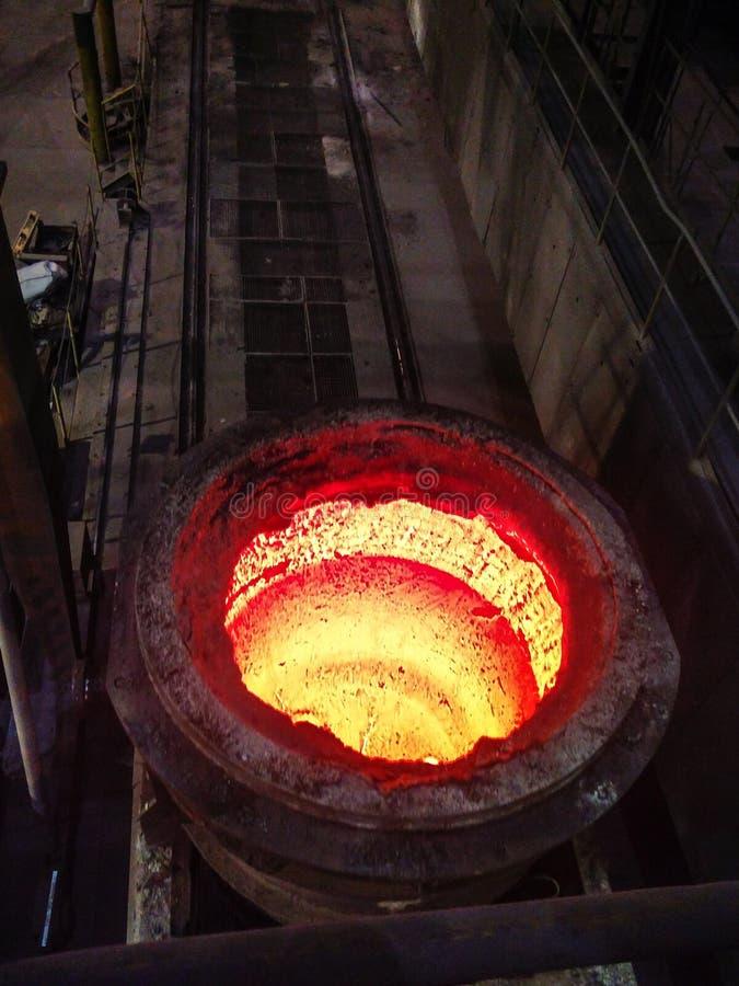 Uitsmelting van metaal in grote gieterij Ijzer en staalproductie bij een metallurgische installatie Staalarbeider Metallurgieproc royalty-vrije stock foto's