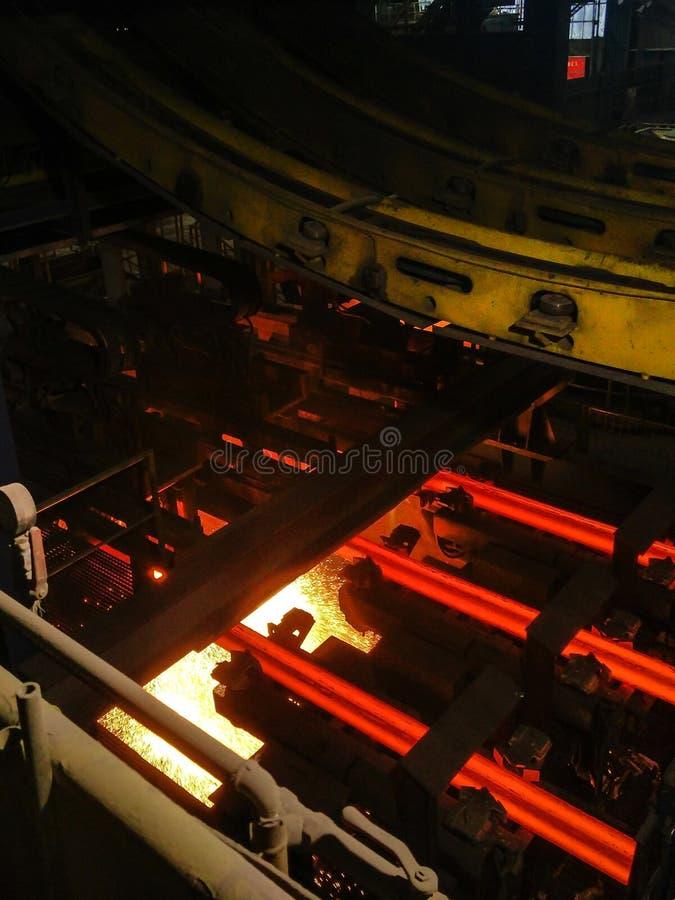 Uitsmelting van metaal in grote gieterij Ijzer en staalproductie bij een metallurgische installatie Staalarbeider Metallurgieproc royalty-vrije stock afbeeldingen