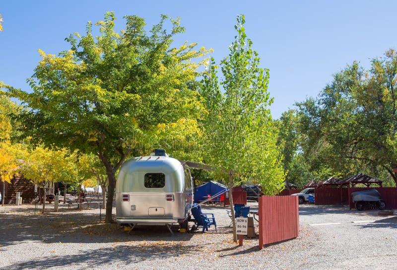 Uitstekend Amerikaans sta-caravan op een het kamperen plaats stock foto