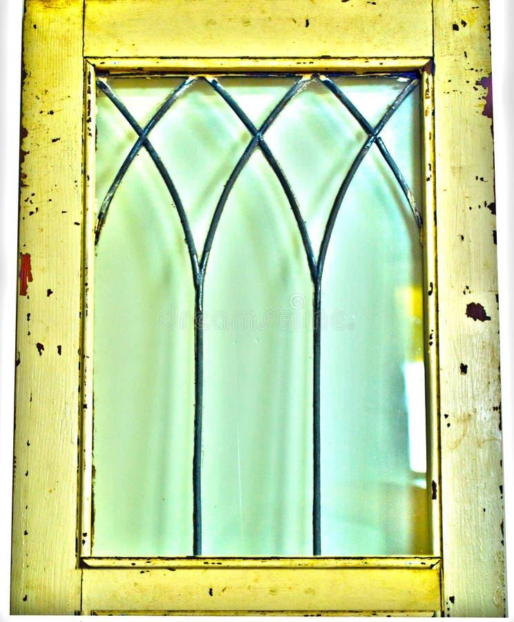 Uitstekend antiek rustiek geel venster stock afbeelding