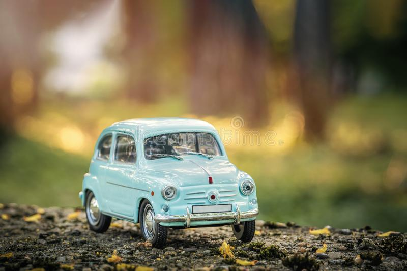 Uitstekend auto retro stuk speelgoed in aard royalty-vrije stock afbeelding