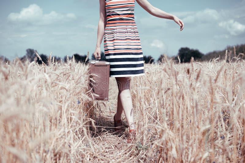 Uitstekend beeld van het jonge vrouw lopen op gebied met stock foto's