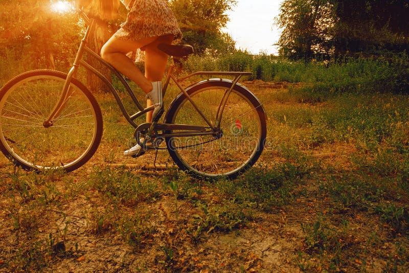 Uitstekend beeld van jong hipstermeisje op stadsfiets bij het park zomer Vrijheidstiener met haar gelukkige vakantie stock foto's