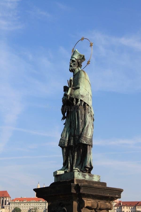 Uitstekend beeldhouwwerk van John van Nepomuk op de Charles-brug in de Tsjechische Republiek van Praag royalty-vrije stock afbeeldingen