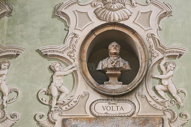 Uitstekend beeldhouwwerkportret van Alessandro Volta op een voorgevel van een oud gebouw in Bellinzona, Zwitserland stock fotografie