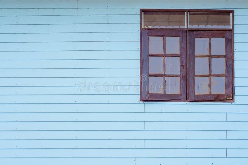 Uitstekend blauw hout met vensters stock afbeelding
