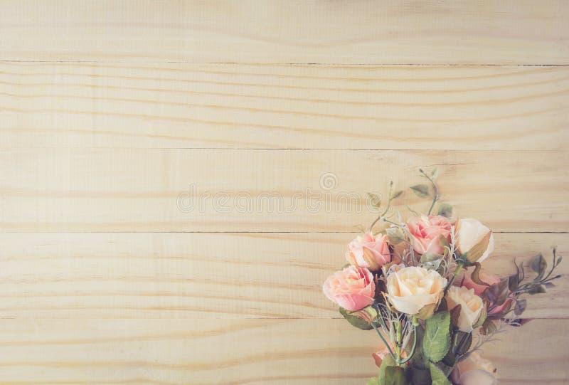 Uitstekend bloemboeket op houten lijst met hoogste mening royalty-vrije stock afbeelding