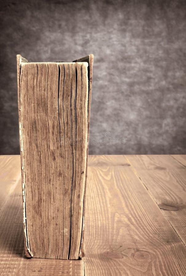 Uitstekend boek op bruine die lijst van houten planken wordt gemaakt stock afbeelding