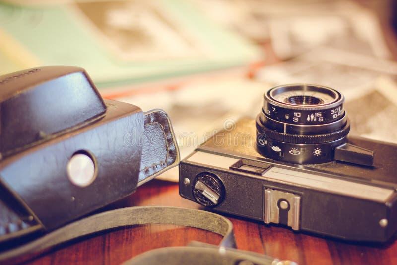 Uitstekend camera en boek op een houten lijst, close-up royalty-vrije stock afbeelding