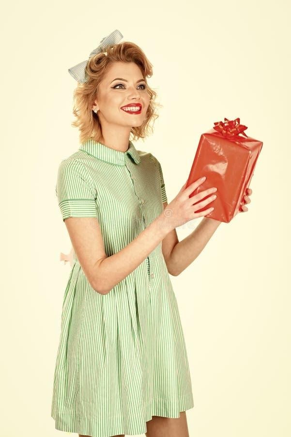 Uitstekend concept de gelukkige glimlachende vrouw kleedde zich in speld-omhooggaande geïsoleerde stijlkleding, stock afbeeldingen