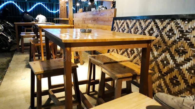 Uitstekend concept Lijst en stoelen door houten op koffiewinkel die wordt gemaakt royalty-vrije stock afbeelding