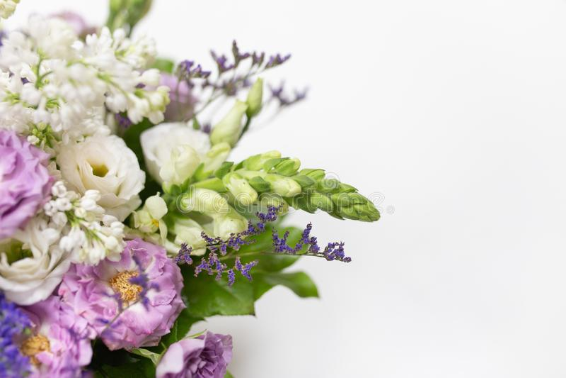 Uitstekend groenachtig blauw boeketwit, lilac, kalk, purper in een kleine doos van het giftkarton op een lichte achtergrond stock afbeeldingen