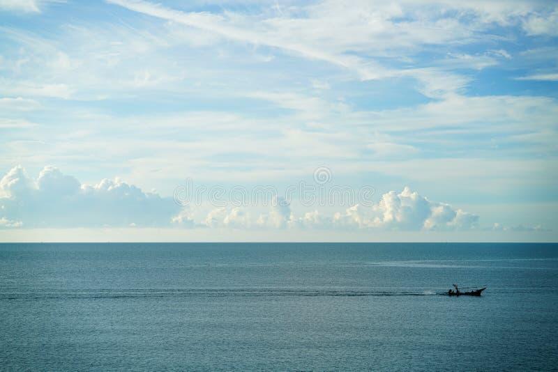Uitstekend houten vissersbootzeil in het overzees met grote overzeese en hemelachtergrond stock fotografie