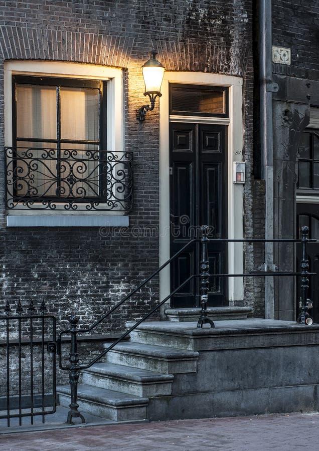 Uitstekend huis in Amsterdam bij nacht stock foto