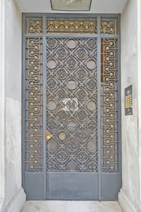Uitstekend huis gesmeed deurdetail stock afbeeldingen