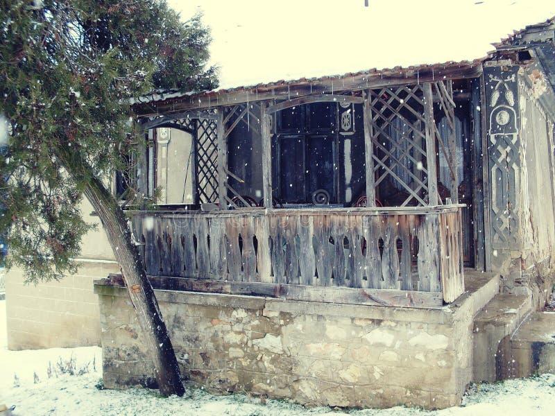 Uitstekend huis op de sneeuwdag royalty-vrije stock fotografie