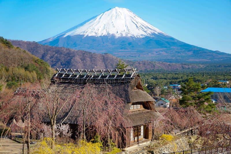 Uitstekend Japanease-stijlhuis en MT fuji stock fotografie