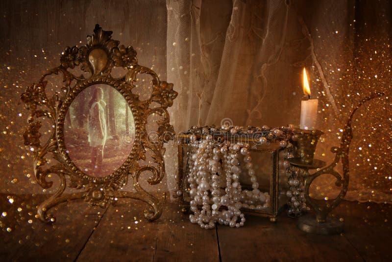 Uitstekend kader met oude foto, parels en kaars royalty-vrije stock foto